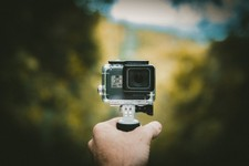 GoPro Action Kamera in einer Hand